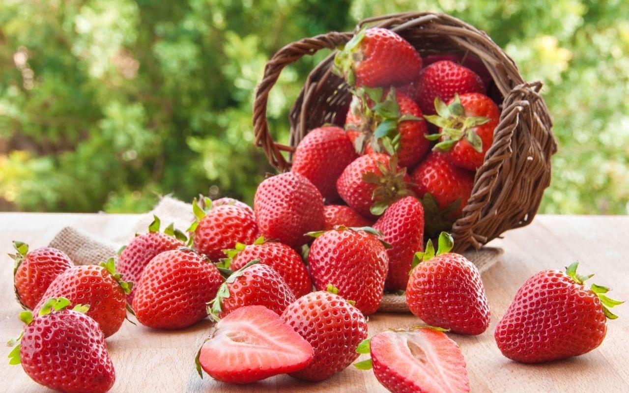 strawberries-help-whiten-your-teeth-Li-Family-Dental
